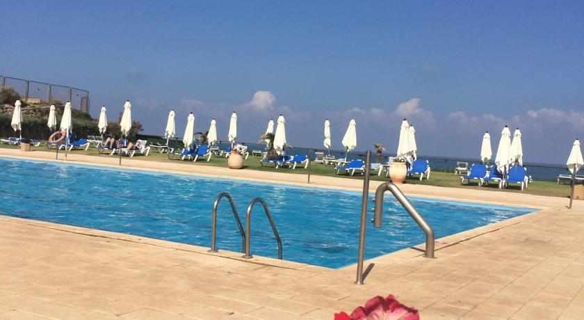 בריכת שחייה מלון השרון