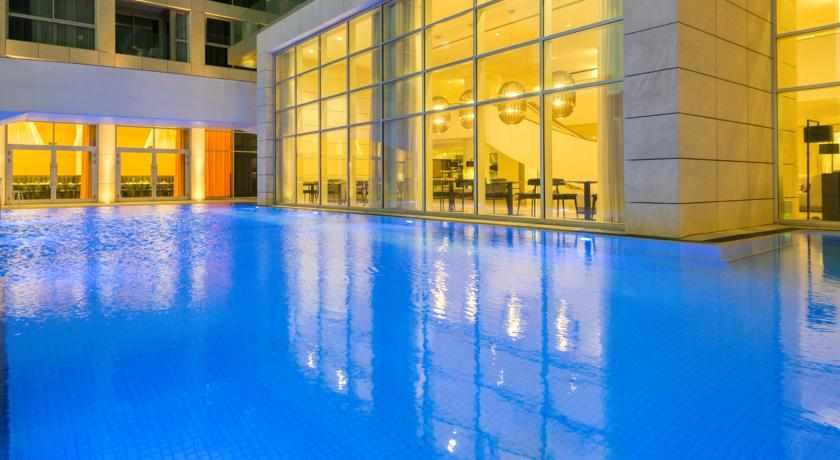 בריכת שחייה בלילה הרודס