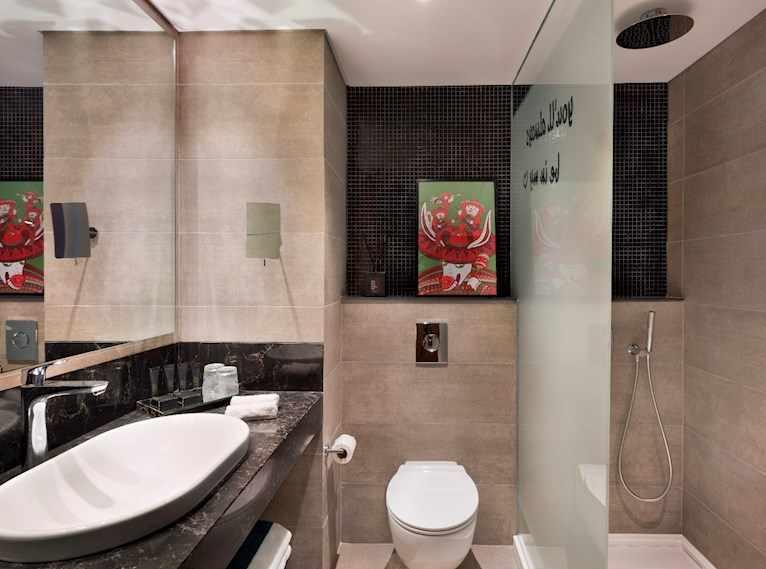אמבטיה ושירותים מלון פאבליקה